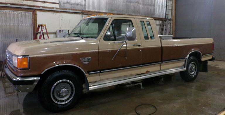 "1987 Ford F-250 XLT Lariat 2x4 Super Cab Pickup, (100,025 Miles), New Water Pump, Nice Interior, Fifth Wheel Rails with Gooseneck Ball, 2"" Rear Receiver, Aluminum Tool Box, One New Battery, Sliding Rear Window, Dual Fuel Tanks, C-6 Auto Transmission, Radio and AC Does Not Work, Clean and Clear Title, CN1008"