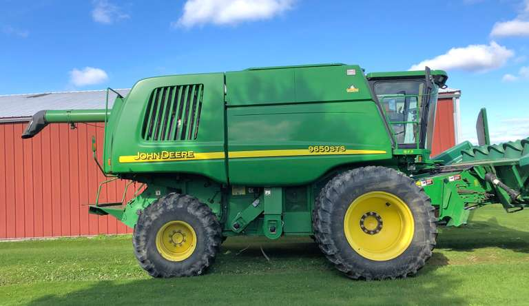 2002 John Deere 9650 STS 4x4 Combine, (3109 Engine Hours, 2119 Separator Hours), Bin Extension, Concaves for Wheat, Navy Beans, Corn, Slow Down Kit for Navy Beans, Last Two Years all New Threshing Units, 20.8x42 Drive Tires Dual, 28x26 Rear Tire