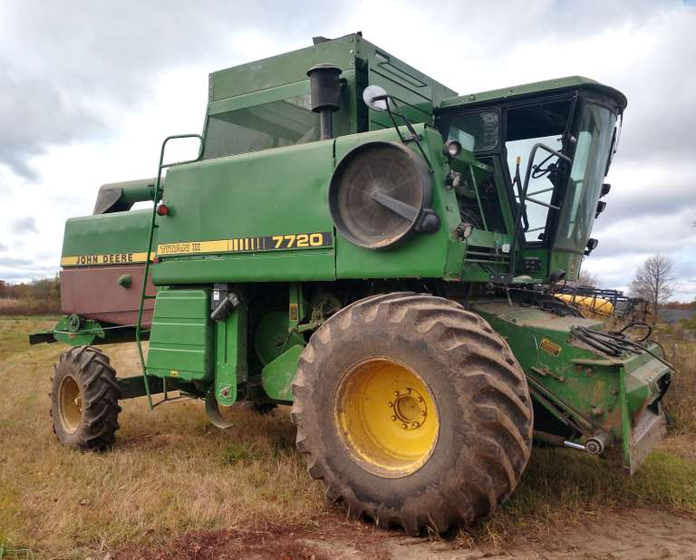 John Deere 7720 Titan II Combine, (4068 Hours), (Many New Parts to include Chaffer, Sieve, Chopper and Side Panels Inner and Outer), New Front and Rear Tires, Runs Well