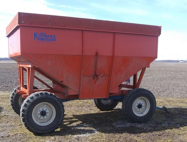Killbros 385 Gravity Wagon on 12-Ton Running Gear, 900x20 Tires, Extendable Tongue for Easy Hookup, Rear Hitch, Always Housed, Like New Condition