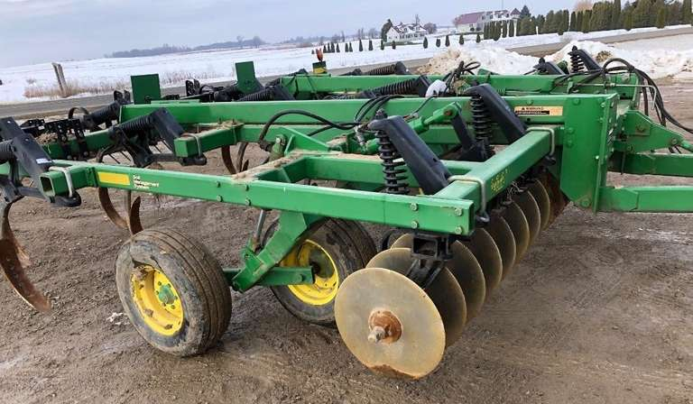 John Deere 714 Disc Chisel Plow, New Discs, 9/11 Shanks, Remlinger Levelers, Nice Condition