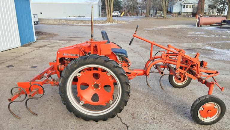 Allis Chalmers 'G' with Hydraulics, Comes with a Set of S-Tine Cultivator, Excellent Condition