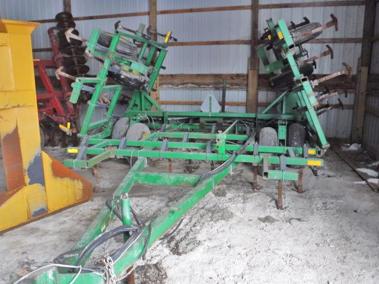 John Deere 960 Field Cultivator, Serial No. 00960X013854, 24' Working Width, Good Sweeps, Shank Protectors, Walking Tandems on Mains and Wings, Rear Hitch, Always Housed, Very Good Condition, Farmer Retiring