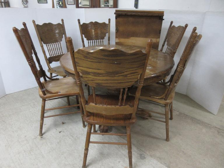 Round Oak Table with Leaf and (6) Chairs