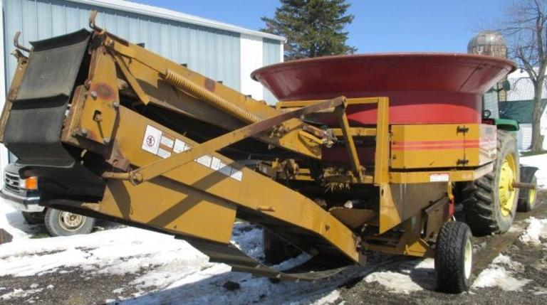 Haybuster 1000 Tub Grinder, (2) New Screens, Good Hammers, New Auger Pan and Newer Augers, Good Working Condition
