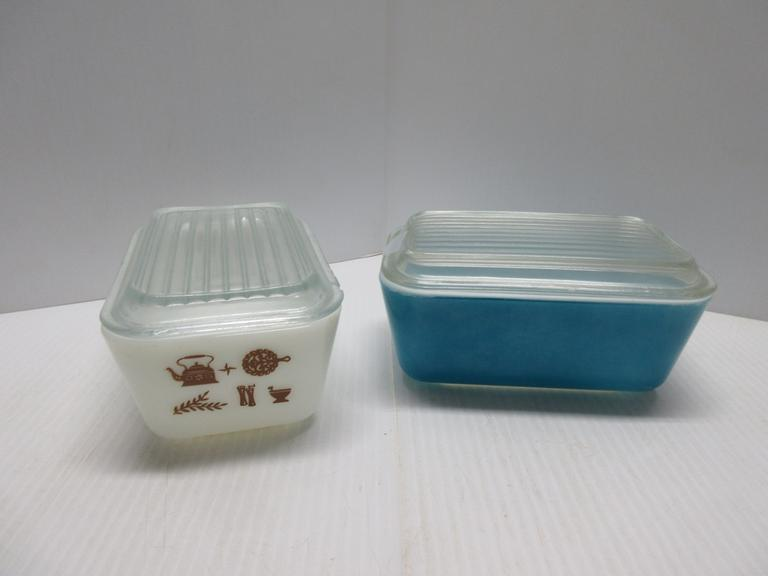 (2) Pyrex 1 1/2-Pint Refrigerator Dishes: Blue, Excellent; White, Chip on Lid
