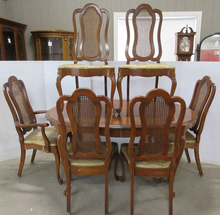Dining Room Table, (2) Leaves, and (6) Chairs