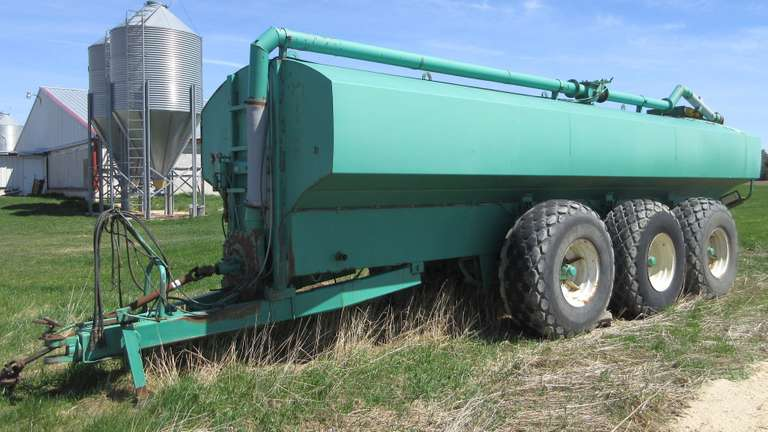 2004 Houle 7300-Gallon Manure Tanker, Tank is in Good Condition and Everything Works, Could Possibly Use a Couple Tires