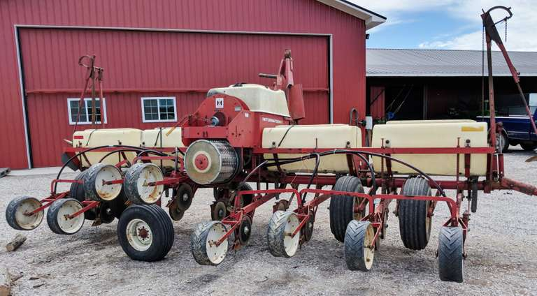 "International 400 8-30"" Row Planter, Corn and Soybean Drum, 150 Acres on New Openers, Manual Included"