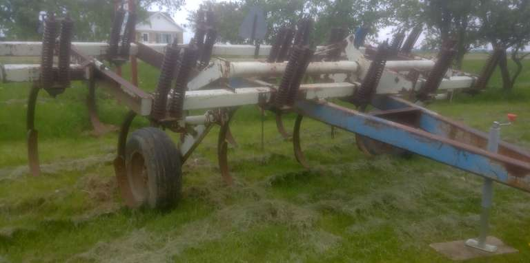 DMI 17-Shank Chisel Plow, 17' will Fold to 13'