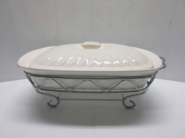 French White Godinger Silver Co. Ceramic Two-Quart Baking/Serving Dish with Lid, Complete with Serving Stand