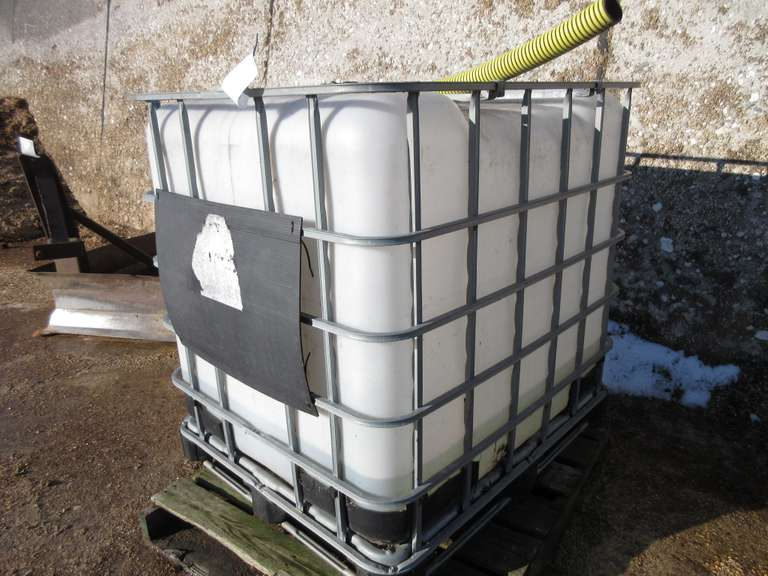 200 Gallon Caged Tank with Valve
