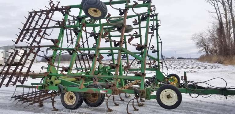 John Deere 980 36' Field Cultivator, 5-Bar Spike Leveler, Rear Hitch with Plumbing, Knock-On Shovels