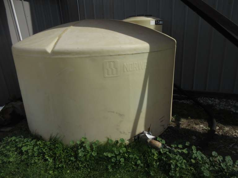 1,300-Gallon Water Tank with Valve, Tank is Broken at Valve, Use for Calf Hutch or Deer Blind