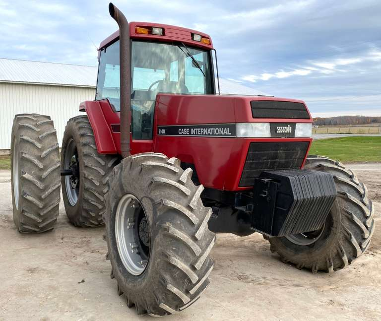 Case International 7140 MFWD Tractor, (8939 Hours), 1000 PTOs, Powershift,  3-Hydraulics, 18.4x26 Front Tires, 20.8x42 Duals, Front Weights, New Batteries