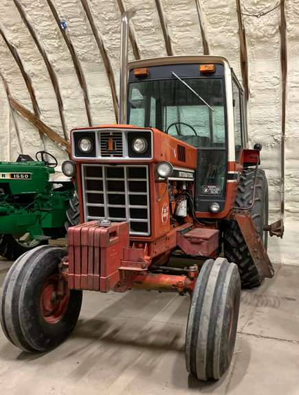 1979 International 1086 Tractor, (7600 Hours), (A/C, Heat, Radio, Lights all Work as they Should), T/A Works Great, Weight Bracket but No Weights, No Quick Hitch, 18.4R38 Rear Tires at 60%, Duals at 20%, True Red Power Edition, Clean, Straight, Good Running Tractor