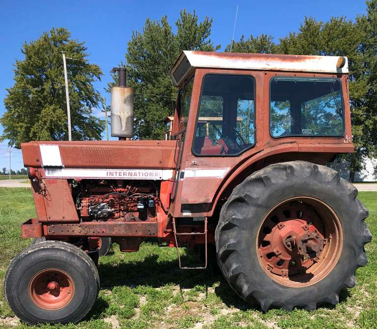 International 1066 Tractor, (7765 Hours), 540 and 1000 PTO, 2-Sets of Hydraulic Outlets, 20.8.38 Rear Tires, Good Strong Running Tractor