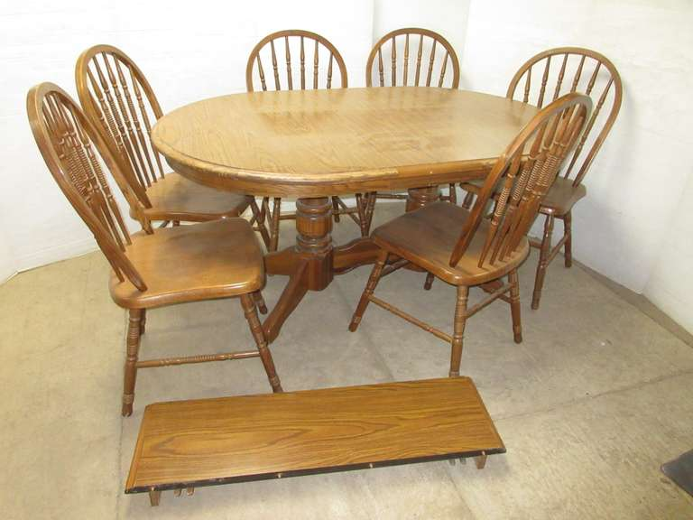 Oak Kitchen Table with (6) Chairs and (2) Leaves, Top has Laminate Finish