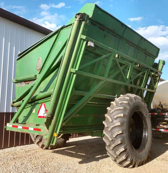 Richardton 960 Dump Cart, New Tires, Removable Grain Chute, Lights, Good Condition