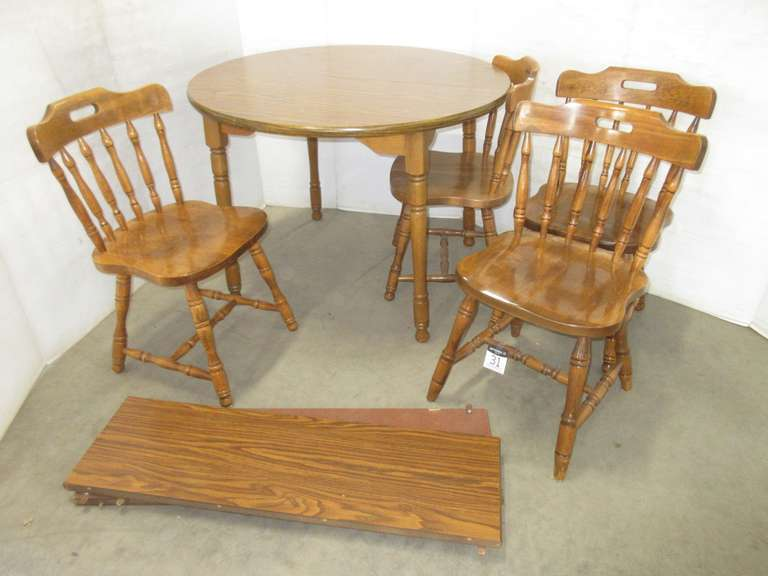 Round Dining room Table with (2) Leaves and (4) Chairs
